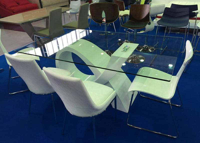 Стильная мебель. Модели стеклянных столов отличаются эффектным внешним видом, визуальной легкостью.