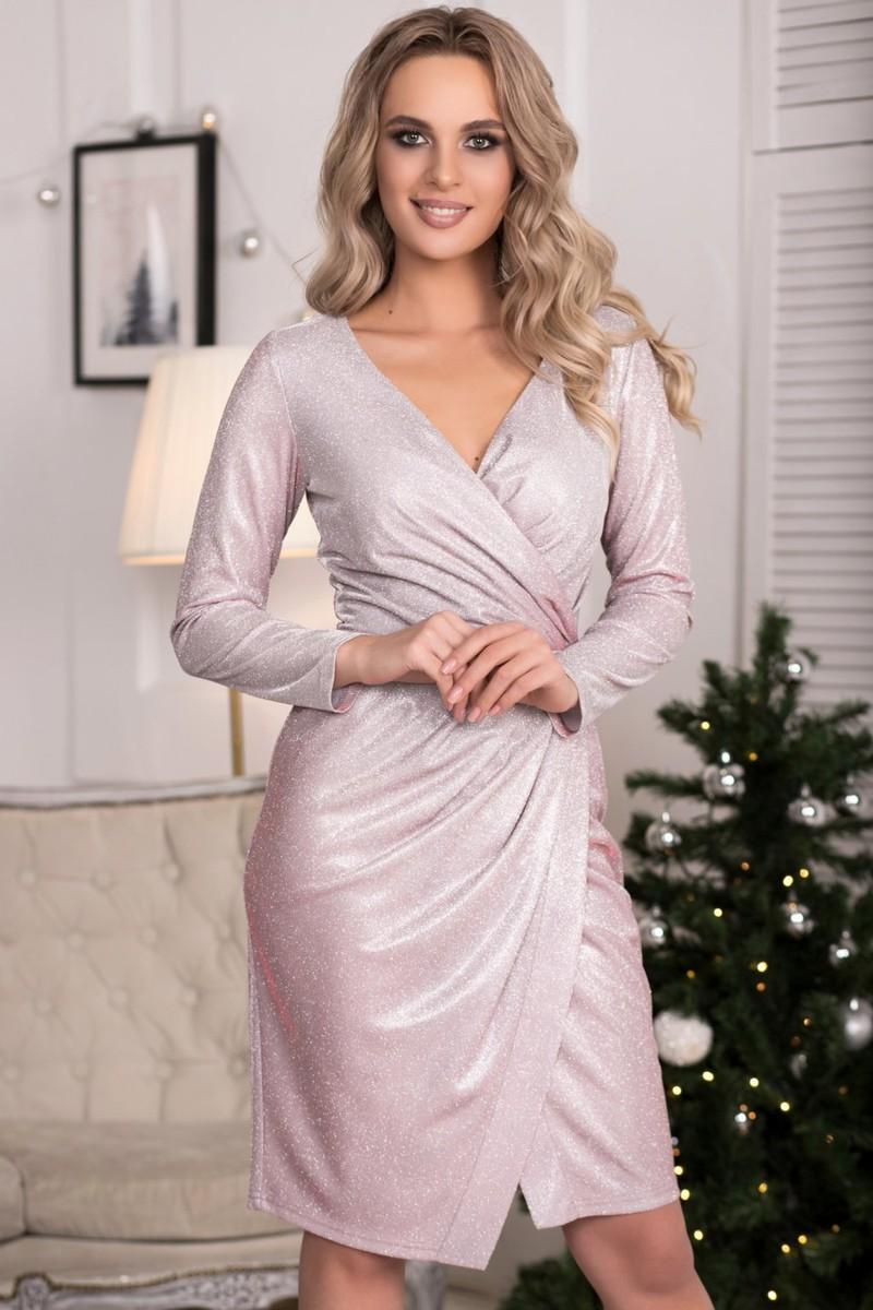 Платье Жаклин люрекс цвет серо-розовый (П-170-1)  Нарядное платье из плательной ткани с люрексом. Лиф с запАхом, по линии талии собран с складочки. Передняя юбка присобрана по линии талии и имеет разрез. На спинке потайная молния.  Длина по спинке 95-98 см (в зависимости от размера)  Цвет : белая основа с серебренным блеском, ткань хамелеон. Фото не передает всей красоты полотна .В реальности платье переливается нежно- розовым цветом.   Рост фотомодели 169см, размер 42  Состав: 95% п/э, 3% спандекс, 2% металлизированная нить