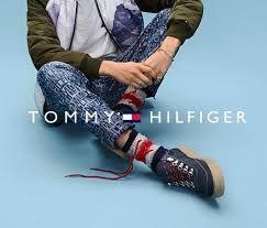 Сток одежды Total Look для мужчин и женщин  Женская одежда Tommy Hilfiger включила в себя модели для любого случая, будь то очаровательные платья, расклешенные юбки или вечерние наряды с декором из пайеток. Поклонницам классического стиля рекомендуем обратить внимание на женские рубашки-поло и подборку моделей Tommy Sport, среди которых спортивные брюки, футболки и худи, отлично подходящие как для тренажерного зала, так и для повседневного образа.