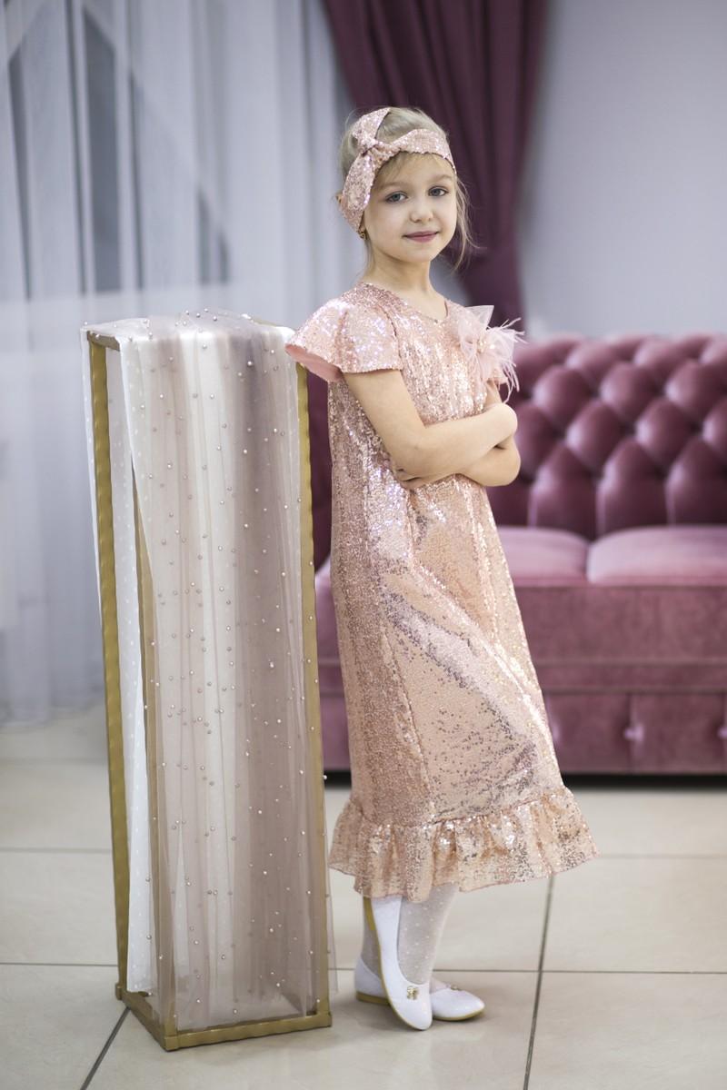 Платье из пудровых пайеток для твоей Принцессы 💫 . ▫️волан по низу платья ▫️пояс/повязка на голову ▫️бантик с перьями  на булавке . 👗Дизайн платья от @ 💫 ⚡В наличии , в единственном экземпляре -  размер 7-9 лет