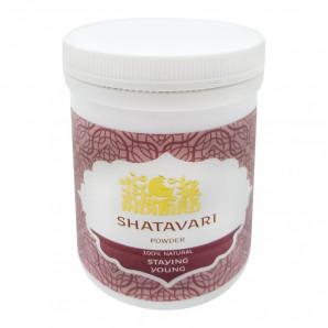 Травяной порошок «Шатавари» | Shatavari Bliss Style 100г Шатавари – это ценное лекарственное растение родом из Индии, где оно ценится как эликсир молодости. В древних канонах Аюрведы оно упоминается в качестве сильного тонизирующего средства, воздействующего на женский организм, и в учении означает «имеющая сотню мужей». Считается, что шатавари обладает целительным действием на репродуктивные органы женщины, регулируя функции эндокринной и иммунной систем, поддерживая уровень гормонов и избавляя от бесплодия. Именно для этих целей растение применялось в древней Аюрведе и упоминалось в тибетской медицине.  Сегодня индийская компания Bliss Style представляет древнее чудодейственное растение в виде порошка шатавари, который поможет избавиться от многих проблем со здоровьем и позаботится о женской красоте и молодости.  Растение содержит большое число микроэлементов и витаминов, поэтому оказывает благотворное влияние на организм:  является отличным мочегонным средством; тонизирует, омолаживает, оказывает антисептическое действие, снимает спазмы, блокирует развитие вредных бактерий; у кормящих женщин было отмечено усиление лактации, увеличение размера молочных желез – все это благодаря активизации синтеза гормонов соматотропина и пролактина; в несколько раз повышает женскую энергию, усиливая работу яйцеклеток, которые становятся готовыми к оплодотворению. Приводит в норму менструальный цикл; благодаря высокому содержанию флавоноидов растение эффективно чистит кровь и слизистые внутренних органов; рекомендован регулярный прием травы в период менопаузы и в восстановительный период после оперативных вмешательств в женские половые органы. Кроме того, что шатавари считают целебным средством для женщин, растение эффективно и в исцелении проблем в мужской половой сфере. Его применяют в комплексной терапии при импотенции и различных воспалительных процессах.  Купить порошок Shatavari можно в аюрведическом интернет-магазине Ashanti. Здесь вас ждет отличный сервис, доступные цены и
