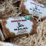 Чистое во всех смыслах мыло-100% растительные ингридиенты. Мыло изготовлено на основе  пальмового и кокосового масла, полностью отсутствуют  химические составляющие,отдушки, красители.Контроль качества осуществляется на всех этапах производства. Сертификат соответствия системе «Халяль» .