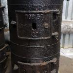 *Облегчённая печь-буржуйка БЛМЗ ПОВ-57 Чтобы хорошо обогреть небольшое закрытое помещение объемом не более 40 куб. м, достаточно установить в нем армейскую чугунную печь типа «буржуйка», которая обозначена под маркировкой ПОВ-57.   Такой агрегат отлично послужит для обогрева строительной бытовки, железнодорожного вагона, дачной теплицы, гаража, а также прочих строений, которые невозможно подключить к магистрали центрального отопления.   Печь буржуйка чугунная армейская ПОВ-57 потребляем незначительное количество топлива, расход его достаточно экономный. При одной загрузке топки помещение будет обеспечено теплом на протяжении 6−9 часов  Материал: серый чугун СЧ10-СЧ15; Толщина стенок: 8 миллиметров; Объём топки: 20 литров; Отапливаемая площадь: до 50 м²; Размеры (ДхШхВ, мм): 330×330×525; Проушины для крепления к полу; Откидные ручки для переноски; Диаметр дымового отверстия: 115 мм; Масса: 45−47 кг.