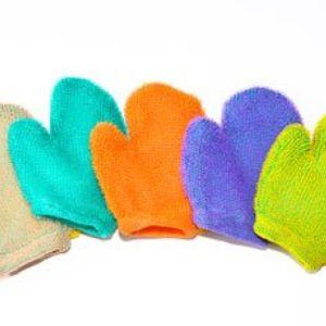Мочалка - варежка. изготовлена из полипропиленовой фибрилированной нити с махрой 0,5-0,8 см. Внутри варежки вложены 2 слоя поролона по 5 мм толщиной для лучшего вспенивания и для удобства ваших рук. Упакованы по 100 штук в полиэтиленовые мешки.
