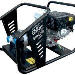 Мощный бензиновый генератор GMH5000 характеризуется объёмным баком, что гарантирует долгую и бесперебойную работу устройства. Поэтому, если вы живете в условиях не постоянного электроснабжения, данная модель станет удачной для вас покупкой. Генератор GMH5000 имеет большие размеры, чем модели меньшей мощности, но его характеристики и возможности непременно ответят всем вашим запросам. Бензогенератор GMH5000 легко запускается механическим путем. Имеет автоматический выключатель цепи, воздушный фильтр для работы в нормальных условиях, стандартный глушитель, а также систему защиты по низкому уровню масла. Мощность бензиновой электростанции GMH5000 составляет 4.5кВА/3.6кВт, а номинальное напряжение 230В. Ёмкость бака составляет 6л, что при расходе топлива 1.4л/ч гарантирует до 6часов стабильной беспрерывной работы. С бензогенератором GMH5000 вы всегда можете рассчитывать на экстренную помощь в любой ситуации, если вас отрезало от электричества, погодные условия повредили линии электроснабжения и прочее.