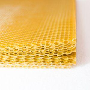 """Листы вощины """"Рута"""" имеют прямоугольную форму размером 210х400±2 мм. Вощина продается в упаковке по 5 кг."""