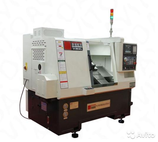 Токарные станки с ЧПУ компании JSTOMI представляют собой современное высокопроизводительное оборудование с наклонной станиной, линейным расположением инструмента и возможностью оснащения револьверной головкой, задней бабкой и приводными инструментами.  Станки оборудованы системой ЧПУ Syntec (Тайвань), шпинделем POSA (Тайвань), серводвигателем и сервоприводом Yaskawa (Япония), подшипниками NSK (Япония), ходовым винтом и линейными направляющими HIWIN (Тайвань). Также в базовую комплектацию станков входит:  - Трёхкулачковый гидравлический патрон.  - Цанговый гидравлический патрон и 2 цанги (на выбор).  - Блоки для крепления инструмента 6 шт.  Особенности: Линейный инструментальный блок уменьшает время смены режущего инструмента, что позволяет сократить цикл обработки. Исполнение станины с наклоном под 45º обеспечивает легкий доступ к заготовке в рабочей зоне и эффективное стружкоудаление. Частота вращения шпинделя до 6000 об/мин. позволяет получить высокую чистоту поверхности. Максимальная скорость линейного перемещения (X, Z) 40 м/мин. Высококачественная ШВП и направляющие обеспечивают высокую точность позиционирования.