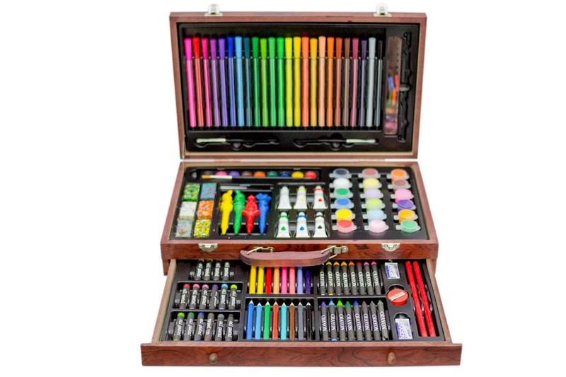 Элитный набор детских принадлежностей для творчества включает в себя фломастеры, цветные карандаши, простые карандаши, масляная пастель, восковые карандаши, восковые мелки, акриловые краски, акварель, гуашь, точилка, ластики, кисточки, канцелярский клей, линейка, прищепки для бумаги – всего 123 предметов в шикарном двухуровневом деревянном чемоданчике. Высокое качество продукции и богатая цветовая гамма гарантирует, что вы будете использовать предметы из набора долго и с удовольствием.