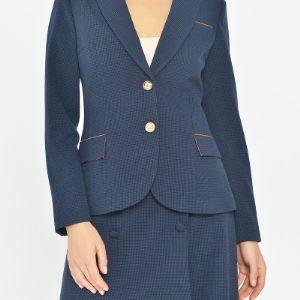 Жакет с контрастной отделкой выполнен из ткани костюмной группы с добавлением шерсти.