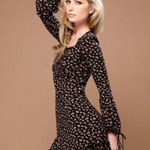 Платье TopDesign - женская одежда оптом. Для производства продукции в основном используются ткани, кружева и аксессуары, поставляемые из Франции, Италии, Австрии. В выборе качества материалов