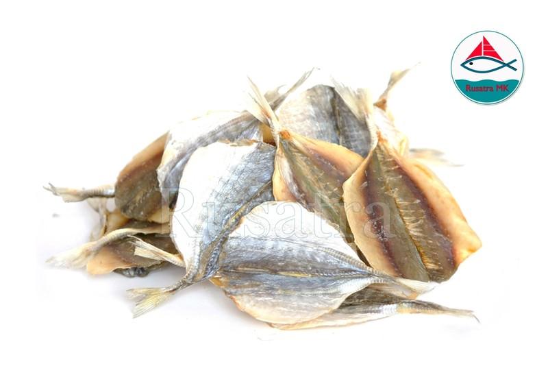 Золотой полосатик       Состав: Рыба, соль.       Условия хранения и сроки годности:       Хранить при температуре от -10 °С   до +20 °С, срок хранения 18   месяцев с даты изготовления.       Хранить в сухом хорошо проветриваемом месте при относительной   влажности воздуха не более 75%       Не содержит ГМО
