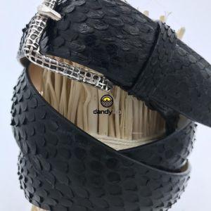 И в мужской, и в женской моде крайне популярна такая вещь, как ремень из питона/крокодила. Это может быть любой стиль и ширина ремня, чаще используются более классические  расцветки.