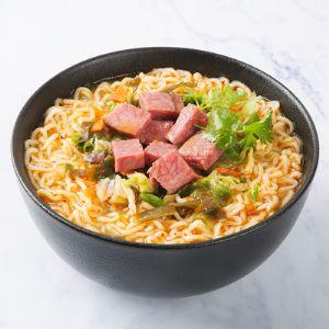 """Лапша быстрого приготовления """"Джин Май Ланг"""" (Jinmailang) вкус свиных ребрышек с луком. Лапша представляет собой брикет прямоугольной формы. Он прочный, содержание крошки в упаковке не превышает 5%. Лапша заваривается за 4 минуты, что соответствует рекомендациям производителя. После приготовления лапша не слипается, а также сохраняет форму изогнутой нити макаронного изделия по истечении 15 минут с момента заваривания водой температурой не ниже 95 °С. Вкус и запах свойственные данным изделиям, без прогорклого и постороннего вкуса и запаха. ООО Гермес, дистрибьютор  Jinmailang в России, + заказ лапши, Лапша оптом из КНР."""