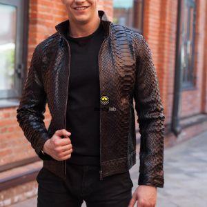 Сегодняшние технологии позволяют создавать кожу питона любого цвета.В этом и состоит секрет такой популярности. Несмотря на это самыми востребованными цветами мужских курток из натуральной кожи питона, остаются черные и коричневые.