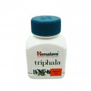 Трифала (Triphala) Himalaya 60 таб. Натуральный продукт из Индии – трифала | Triphala Himalaya | Гималаи – древнее аюрведическое средство, восстанавливающее и омолаживающее организм. Его применяют для профилактики от многих заболеваний как самостоятельное средство, так и в комплексе с другими экстрактами трав.  В основе средства всего три компонента – аюрведические травы: амалаки, бибхитаки и харитаки, известные своим широким спектром воздействия на организм. Так, амалаки - это мощное стимулирующее и тонизирующее средство, издавна применяющееся для профилактики расстройств памяти, сердечных заболеваний, а также для улучшения аппетита и борьбы с диабетом. Бибхитаки – омолаживающее растение, восстанавливающее кожу и улучшающее ее внешний вид. А харитаки – тонизирующий, вяжущий, отхаркивающий, укрепляющий нервы, противоглистный растительный препарат.  Трифала | Triphala Himalaya | Гималаи: для чего используется? Индийская компания Himalaya уже много лет воссоздает древние аюрведические рецепты в своих современных препаратах – удобных капсулах, таблетках, мазях. Поэтому, если купить Гималаи, то можно быть уверенным в натуральности состава и безопасности средства.  В частности трифала – симбиоз целебных трав, способствующих:  очищению организма от накопленных токсинов; оздоровлению организма на клеточном уровне; улучшению зрения; исчезновению запоров; устранению синдрома хронической усталости, сонливости, раздраженности; улучшению работы кишечника, желудка и других внутренних органов: печени, селезенки, поджелудочной железы; заживлению кожи, избавлению от дерматитов; улучшению памяти; повышения уровня гемоглобина в крови; улучшению памяти; ускорению восстановительного процесса в тканях костей поле переломов, наколов. Более того, стоит купить трифалу и при нарушениях сна, нервном истощении. Она положительно действует при разных простудных и гинекологических заболеваниях, помогает уменьшить боль и снять спазмы.  Полезно средство и при различных формах ожирения, способствуя