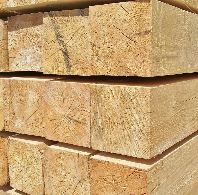 Брус 150х150х6000ммГОСТ 8486-86. Компания занимается поставками обрезного пиломатериала ГОСТ 8486 только из зеленого леса. Зеленый лес - это живой лес. Все что ниже перечислено относится к сухостою - мертвому лесу:  это не сухостой ( бурелом, ветровал, снеголом ); это не горельник ( пострадавший в результате пожара); это не пораженный личинками стволовых вредителей лес ( таких как короед-типограф и жук усач дровосек и др.). Реальные размеры― соответствующие заявленным и актуальные цены. Никакихмошеннических схем с размерамипиломатериала и его ценообразованием. Влажность:― весь пиломатериал ГОСТ 8486естественной влажности( от 33-35% ). Всушильной камере не был ( термообработке не подвергался), по этому точный процент влажности в данном случае не замеряется.