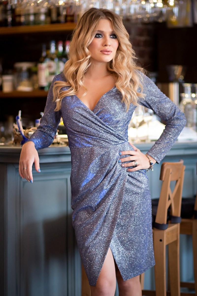 Платье Жаклин люрекс цвет серо-голубой (П-170-2)  Нарядное платье из плательной ткани с люрексом. Лиф с запАхом, по линии талии собран с складочки. Передняя юбка присобрана по линии талии и имеет разрез. На спинке потайная молния.  Длина по спинке 95-98 см (в зависимости от размера)  Цвет: серая основа с нежно-розовым оттенком ,нити люрекса-серебрянные.  Рост фотомодели 169см, размер 42  Состав: 95% п/э, 3% спандекс, 2% металлизированная нить