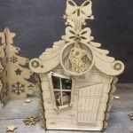 """Конфетница """"Избушка"""" Домик отлично подходит для сладкого подарка или небольшого сувенира, в дальнейшем может быть использована в новогоднем интерьере, для хранения маленьких игрушек, карандашей... ребенок обязательно придумает. Можно использовать как основу для творчества, раскрасить акриловыми красками, украсить блестками или пайетками.  Внутренний размер домика 11х11х18, выполнен из высококачественной березовой фанеры 4 мм."""