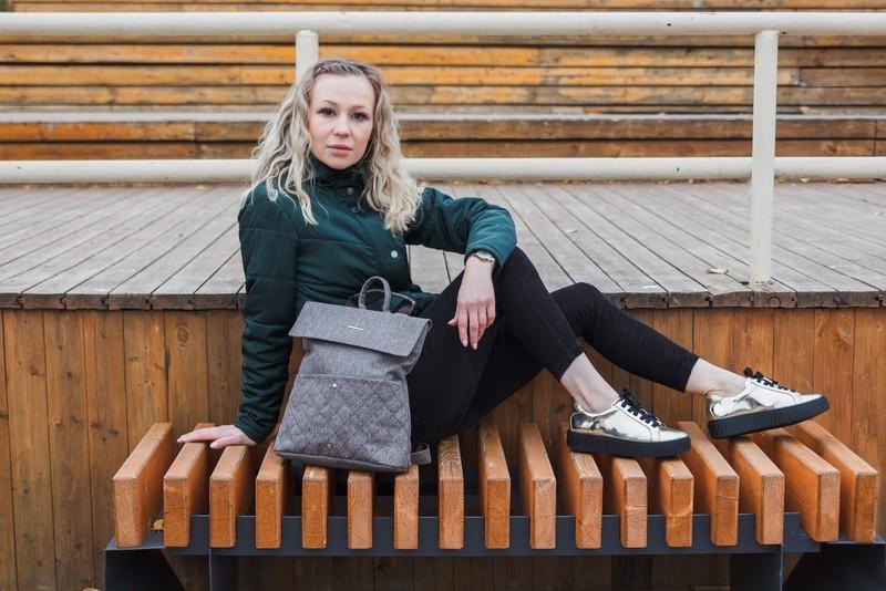 Сумка-рюкзак выполнена из плотной влагостойкой ткани, на передней стенке расположены 2 кармана. Уплотненное дно, на задней стенке расположен карман на молнии. Лямки регулируются по длине, что позволяет использовать рюкзак, как сумку.