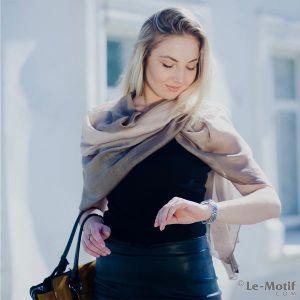 """Палантин """"Жемчуг"""". Привлекательный палантин из 100% шёлка сделает ваш образ еще более женственным и элегантным, а легкая текстура ткани подарит ощущение необычайного комфорта. Нежный переход цвета подчеркнет вашу индивидуальность и выделит среди остальных."""