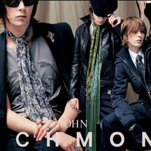 John Richmond – легендарный британский бренд одежды и аксессуаров. Он славится своей неповторимостью в образах и бунтарским характером. Основное направление компании – стильная одежда прет-а-порте. Помимо этого, бренд имеет популярную джинсовою коллекцию, которая выпускается под торговой маркой Richmond Denim. Кроме этого, есть еще интересные коллекции обуви и аксессуаров.