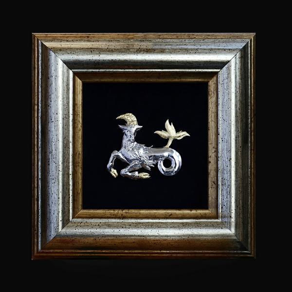 "Знак Зодиака ""Козерог"". Декоративное настольное панно ""Козерог"" .Серебро 925,позолота. Масса-5г. Рама - пластик, бархат, стекло. Размер рамки - 13х13см. Ручная чеканка."