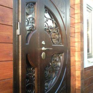 Дверь металл (накладка массив дуба). Металлическая дверь, двупольная, со стеклопакетом украшенная кованными элементами. Сталь 2 мм. Накладки массив дуба 20мм (снаружи и изнутри). Замок Матура.