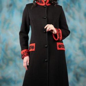 """Вязаное пальто""""Модный винтаж-2"""". Строгое, стильное пальто из коллекции """"Модный винтаж"""". Пальто прилегающего силуэта, маленькая стойка контрастного красного цвета, паты и отложные манжеты, украшены изящной ручной бисерной вышивкой"""