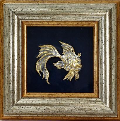 """""""Золотая Рыбка"""". Декоративное настольное панно. «Золотая Рыбка». Серебро 9250, масса 7гр., позолота. Размеры 5х5см. Чеканка, гравировка. Рама 24х24см., дерево, пластик, бархат, картон."""