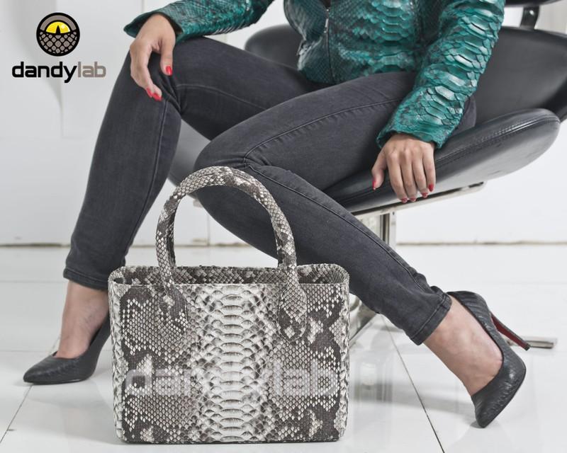 Если вы предпочитаете практичные и очень вместительные сумки из натуральной кожи питона, то вам обязательно понравятся крупные сумки через плечо. Данная сумка из натуральной кожи питона способна справиться со многими задачами. Ее можно взять с собой в магазин, на учебу, в поездку или путешествие.