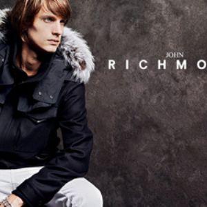 История успеха бренда Компания John Richmond была основана в 1982 году молодым, но очень талантливым дизайнером Джоном Ричмондом. В то время он заканчивал в Лондоне университет Кингстон и именно тогда создал свою первую коллекцию одежды, которой присвоил свое имя. В 80-е почти вся одежда мировых брендов отличалась излишним пафосом, и очень мало было простой одежды уличного стиля.