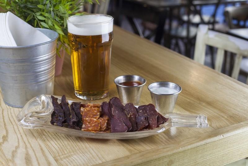 Тарелки из стеклянной бутылки. Тарелки сделаны из винных бутылок. Очень удобны в подаче закусок, очень оригинально смотрятся на столе.