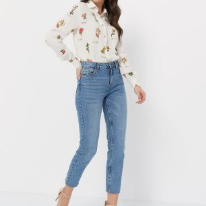 Женственная блуза с цветочным принтом добавит романтики в любой образ. Эта универсальная блуза выручит в ситуации, когда нужно выглядеть идеально: она будет прекрасно сочетаться  как с джинсами или юбкой из денима, так и с классическими брюками и лодочками.