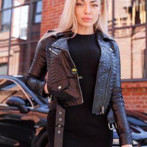 При создании стильных курток из натуральной кожи питона, дизайнеры выбирают разные цвета. Чаще всего это классические монохромные оттенки. Куртки из натуральной кожи питона черного, серого, коричневого и темно-синего цвета отлично вписываются в классические и повседневные луки.
