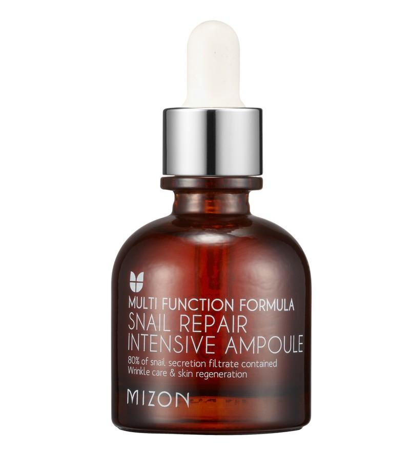 MIZON Snail Repair Intensive Ampoule Концентрированная улиточная сыворотка для лица. Интенсивная сыворотка с высоким содержанием экстракта улиточного секрета (80%) подходит для ежедневного ухода за любым типом кожи, но особенно актуальна для проблемной, чувствительной и зрелой кожи. Эффективно справляется со многими кожными проблемами, такими как: угревые высыпания, акне и постакне, шрамы, растяжки, рубцы, «гусиные лапки», мимические морщинки, пигментные пятна. Сыворотка не только оздоравливает кожу, но и питает её, увлажняет, тонизирует, осветляет, сужает расширенные поры и регулирует выработку кожного жира. Также в составе: EGF, аденозин, витамин В5, экстракт какао, гиалуроновая кислота, пептиды, экстракты барбариса, лилии, граната, кукурузы. Способы применения: после очищения кожи лица нанести немного сыворотки. Также можно добавить несколько капель в уходовый крем, в маску или ВВ крем.