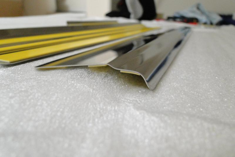 Накладки на пороги. Предлагаемые нами накладки на пороги изготовлены из высоколегированной нержавеющей стали. Выполнены с инженерной точностью, с учетом особенностей конкретной марки автомобиля, легко монтируются.