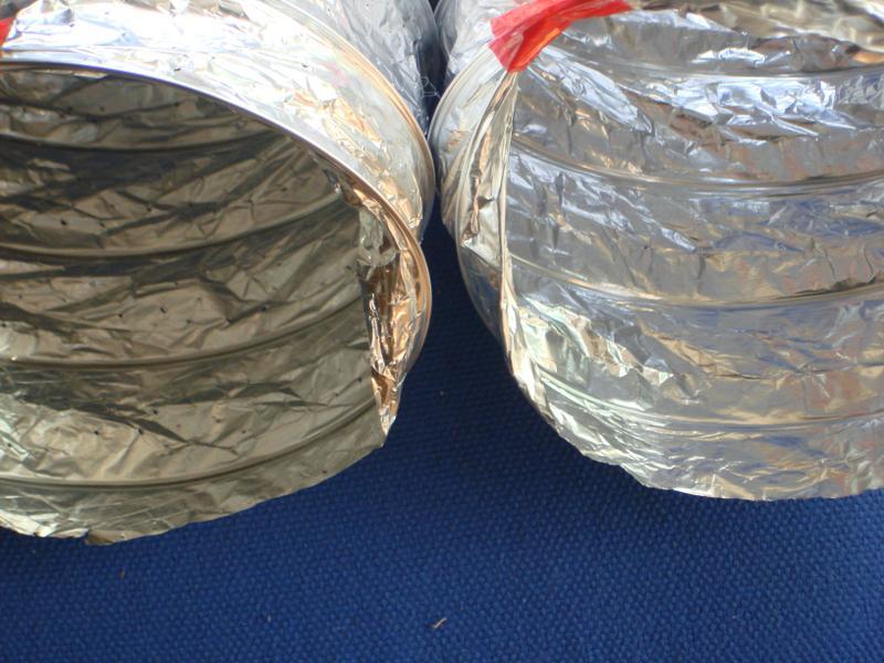 Разница в годах (изменения состава).. На фото показано: раньше при изготовлении гибких воздуховодов из алюминиевой фольги, внутренний слой был из полимерной прозрачной плёнки (слева). Последние года внутренний слой идёт такой же, как и наружный - алюминиевая фольга + лавсан (справа).